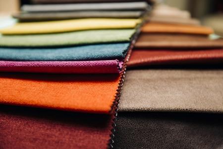 Close-up van de kleurrijke meubelbekleding in de meubelmakerij Stockfoto