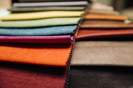 Primer plano de las coloridas fundas de muebles en el taller de tapicería Foto de archivo