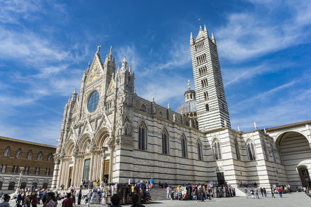 SIENA, ITALY - APRIL 8, 2018: Unidentified people in front of the Siena Cathedral, Italy. It is a medieval Roman Catholic Marian church now dedicated to the Assumption of Mary. 新聞圖片