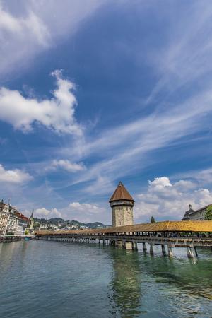 Chapel bridge and Water tower on Reuss river in Lucerne, Switzerland Standard-Bild - 101953379