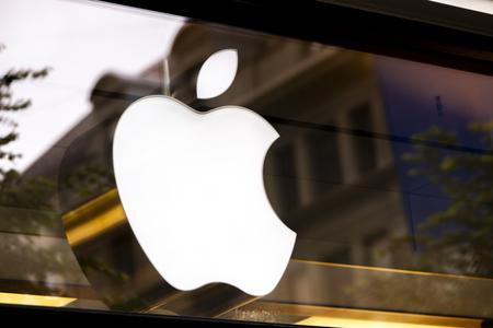 ZÜRICH, SCHWEIZ - 17. MAI 2018: Detail vom Apple Store in Zürich, Schweiz. Apple ist ein amerikanisches multinationales Unternehmen, das 1976 in Cupertino, Kalifornien, gegründet wurde. Editorial