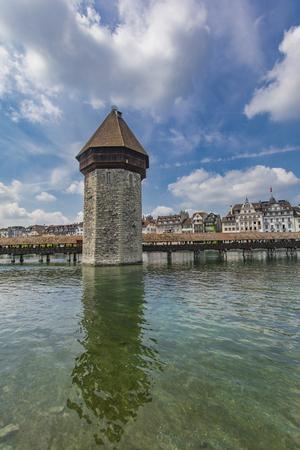 Chapel bridge and Water tower on Reuss river in Lucerne, Switzerland Standard-Bild - 103577088