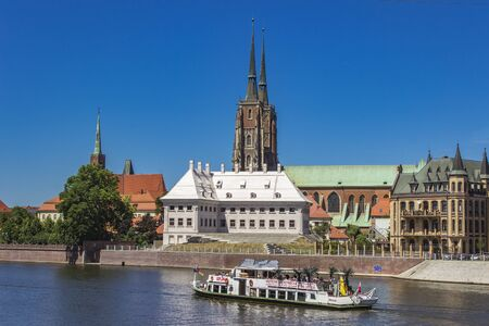 WROCLAW, POLAND - JUNE 7, 2018: Tourist boat on the river Odra in Wroclaw, Poland. WrocÅ'aw is a city in western Poland and largest city in Silesia region 報道画像