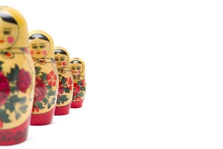 Muñecas de anidación rusas, matryoshkas aislado en el fondo blanco.