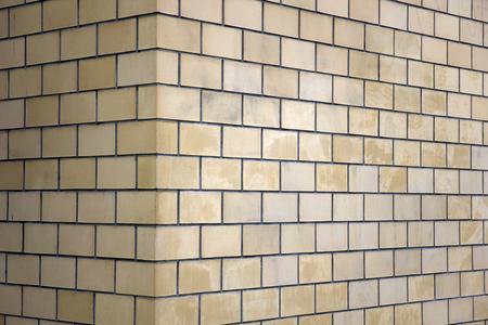 Closeup detail of the brick wall corner Banque d'images - 111365475