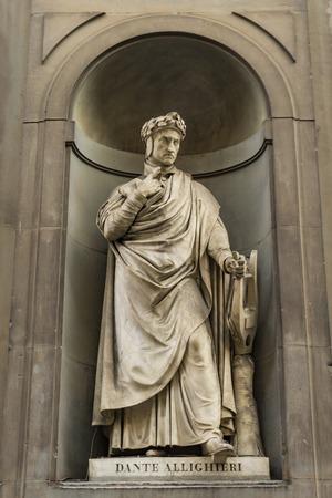 Blick auf Dante Alighieri-Denkmal in Florenz, Italien Standard-Bild
