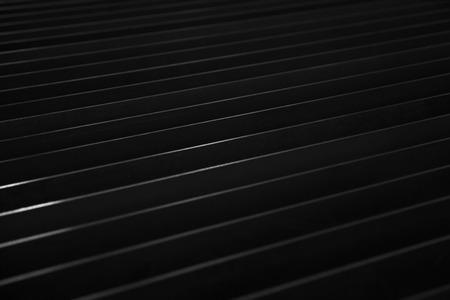 Detail der dunklen Blechkulisse