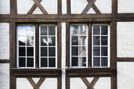 Plan rapproché des vieilles fenêtres en bois décoratives de Berne, Suisse