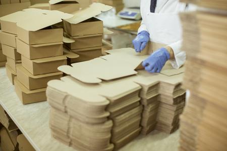 Persona en el trabajo en una fábrica de galletas Foto de archivo