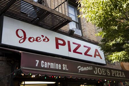 NEW YORK, USA - AUGUST 30, 2017: Detail of the Joes Pizza restaurant in New York. It well known pizza establishment on Carmine Street in Greenwich Village in New York City 新聞圖片