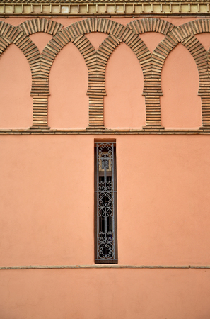 Closeup view at old traditional narrow window on the wall in Marrakech, Morocco Stockfoto