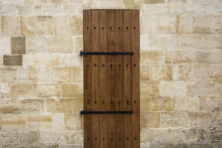 Ancient wooden door in old stone wall Stockfoto