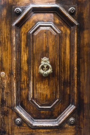 Decorative door knocker on a wooden door from Malta Stockfoto