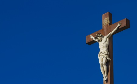 Jesucristo en la cruz frente a la Catedral de Aviñón en Francia