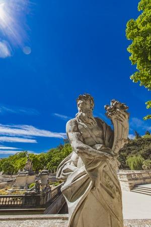 Statue der Gottheit hält ein Füllhorn von Les Jardins de La Fontaine in Nimes, Frankreich