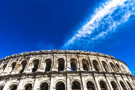 Voir à l'arène de Nîmes, amphithéâtre romain en France