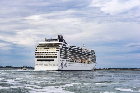 VENICE, ITALY - MAY 26, 2019: View at MSC Magnifica cruise ship in Venice, Italy. This 13 decks ship was launched at 2009 and have capacity of 3605 passengers. 版權商用圖片 - 139683545