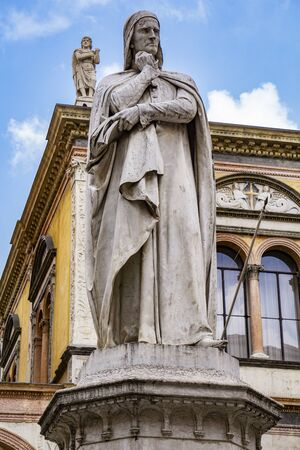 View at monument of poet Dante Alighieri in the Piazza dei Signori in Verona, Italy 版權商用圖片