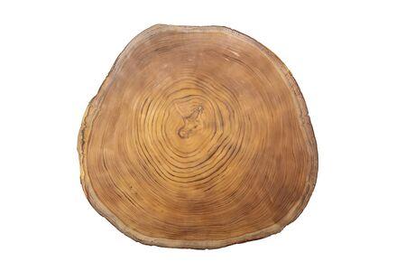Gran pieza circular de sección transversal de madera con patrón de textura de anillo de árbol concéntrico aislado sobre fondo blanco.