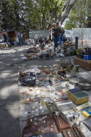 TBILISI, GEORGIA - MAY 3, 2019: Old and antique things on sale at Dry Bridge Market in Tbilisi, Georgia. It is an everyday open-air flea market. Редакционное