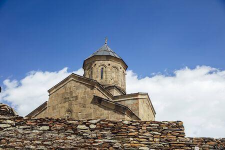 Blick auf die Gergeti Trinity Church in Georgien
