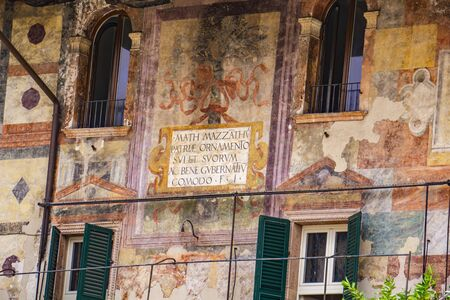 Detail of Mazzanti Houses in Verona, Italy. This buildings was owned and frescoed by Mazzanti family at 16th century. Banque d'images