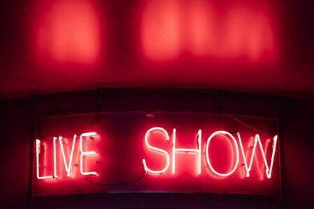 Signe de spectacle vivant au néon vintage sur le mur Banque d'images