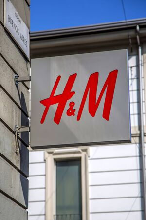 MILAN, ITALY - MARCH 9, 2014: Detail of the H&M store in Milan, Italy. H&M is a Swedish multinational retail-clothing company founded at 1947. 新聞圖片