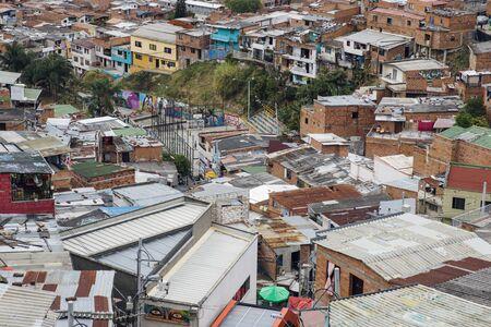 Überblick über Häuser auf den Hügeln der Comuna 13 in Medellin, Kolumbien Editorial