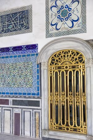Ancient Ottoman handmade turkish tiles with floral patterns from Topkapi Palace in Istanbul, Turkey Banque d'images - 131612462