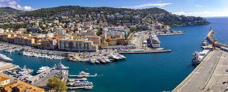 Nizza, FRANKREICH - 6. OKTOBER 2019: Blick auf Port Lympia in Nizza, Frankreich. Er wurde 1748 erbaut und ist eine der ältesten Hafenanlagen an der französischen Riviera.