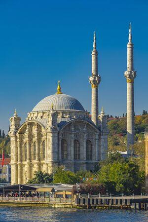 ISTANBUL, TÜRKEI - 9. NOVEMBER 2019: Ortaköy-Moschee am Bosporus in Istanbul, Türkei. Diese Moschee im Barockstil wurde 1856 eröffnet.