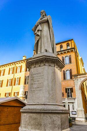 View at monument of poet Dante Alighieri in the Piazza dei Signori in Verona, Italy Imagens