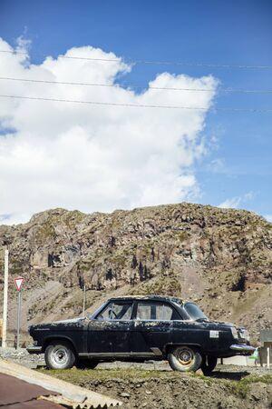 Voiture Vintage Volga à Gergeti, Géorgie. Cette voiture, originaire d'Union soviétique, a été produite entre 1956 et 1970.