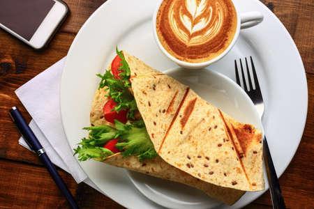plato de comida: Desayuno con cappuccino y sándwich Foto de archivo