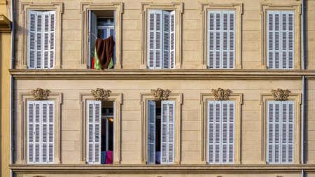 Architecture haussmannienne traditionnelle française et immeuble résidentiel à Marseille, France. Banque d'images