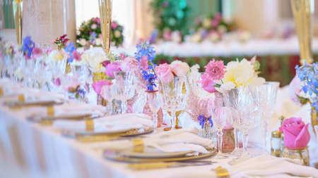 Servicio de mesa de catering con cubiertos, servilletas y vasos en el restaurante antes de la fiesta