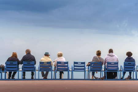 Glückliches Leben und langlebiges Konzept. Schöner alter Mann und schöne alte Frau sitzen zusammen Standard-Bild