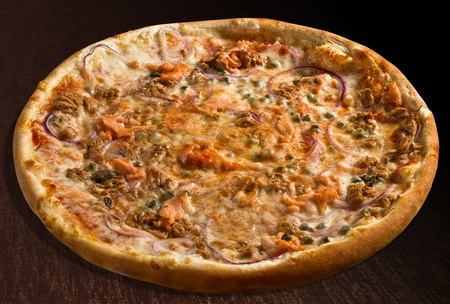 alcaparras: Pizzer�as pesce con at�n, salm�n, cebolla y alcaparras - aislado Foto de archivo
