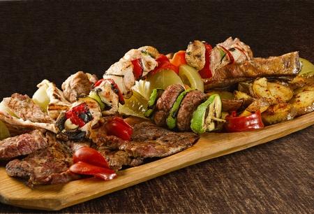carnes y verduras: Bandeja rústica con diversas carnes, setas y verduras variadas - aislados