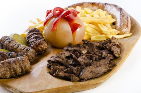 carnes y verduras: Bandeja r?stica con diversas carnes, papas fritas franc?s y verduras variadas
