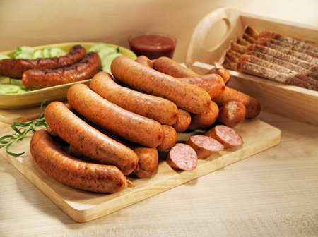 charcutería: Salchichas a la parrilla con salsa de tomate pan, pepino y tomate Foto de archivo
