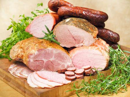 Würste und Fleisch auf ein Schneidebrett und Tabelle