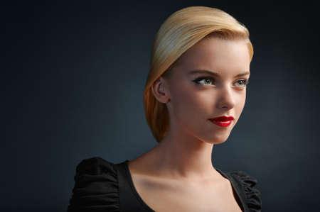 blonde yeux bleus: Portrait de jeune fille belle blonde sur fond noir avec copyspace