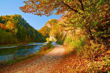 Herfst landschap met de Dunajec River Gorge Pieniny bekijken uit Slowakije