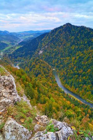 The Dunajec River Gorge view from Sokolica mountain  847 m - Poland  to Lesnica  Slovakia   Banco de Imagens