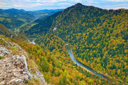 View from Sokolica Mountain to Slovakia, Poland. The Dunajec River Gorge. Pieniny National Park idyllic landscape. Carpathians. Banco de Imagens - 29394588