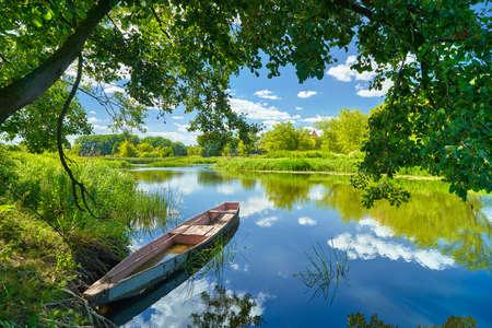 táj: Tavaszi nyári táj kék ég a felhők Narew folyó hajó zöld fák vidéket füvön Lengyelország víz levelek Stock fotó