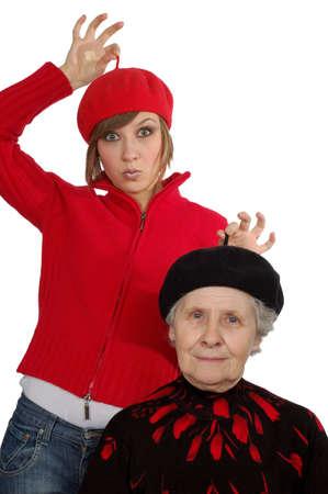 boinas: Feliz abuela y nieta con boinas. Aislados m�s de blanco