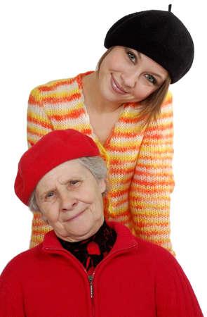 boinas: feliz abuela y nieta con boinas. m�s aislado en blanco Foto de archivo